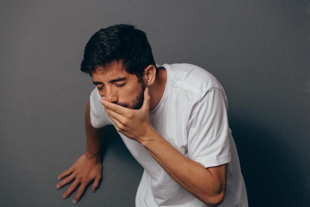 Buồn nôn là một trong những biến chứng nhẹ sau phẫu thuật phì đại tuyến tiền liệt