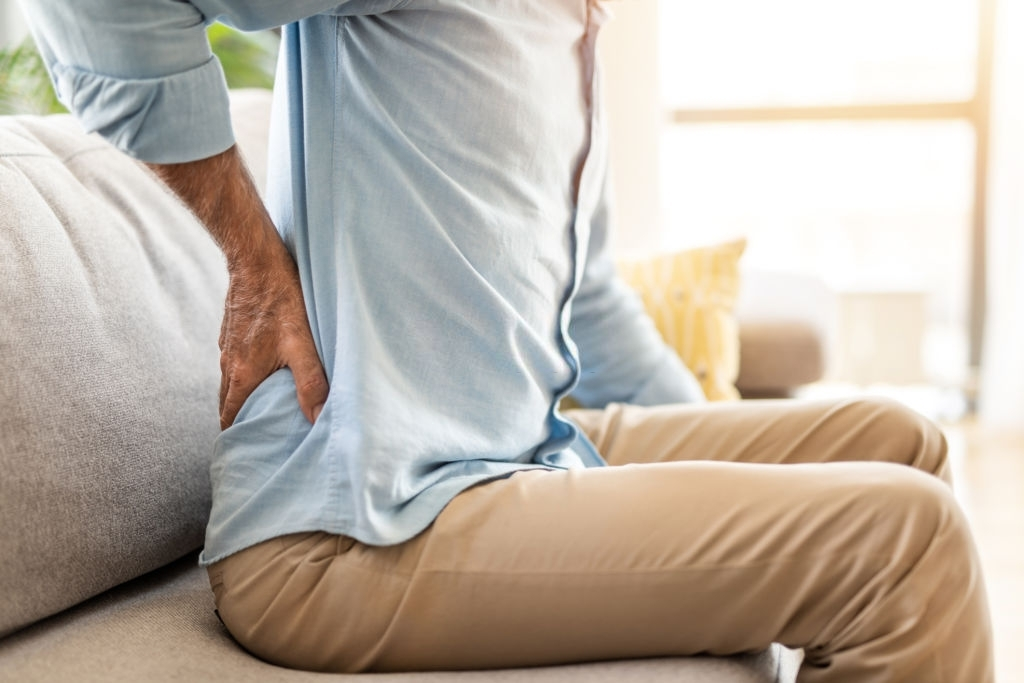 Đau xương và đau lưng dưới có thể là triệu chứng thiếu vitamin này