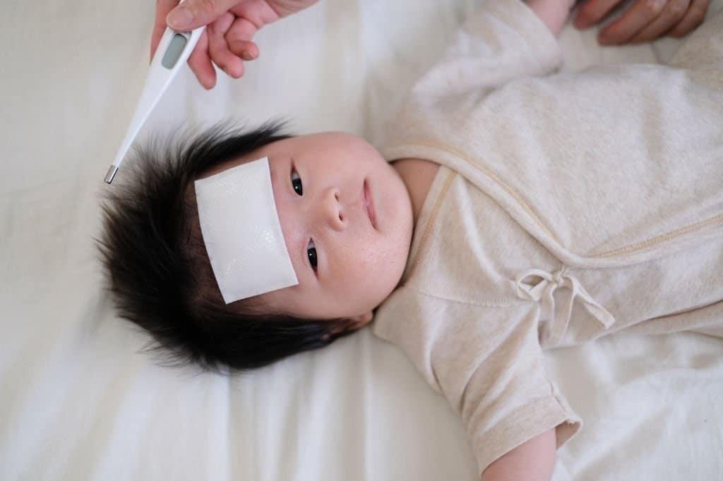 Làm gì khi trẻ sơ sinh bị ho và sốt?