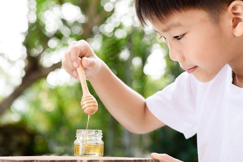 Mật ong là một chất làm ngọt tự nhiên có thể giúp làm dịu cơn đau họng