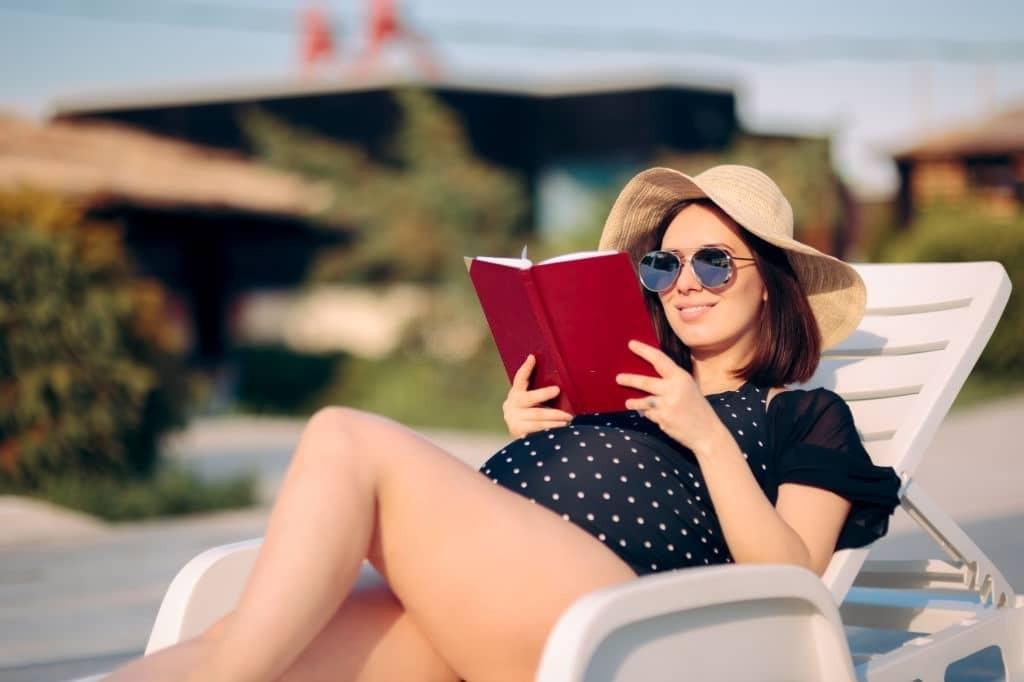 Khi tắm nắng bạn cần đội mũ, đeo kính râm để bảo vệ đầu khỏi tác hại của ánh nắng