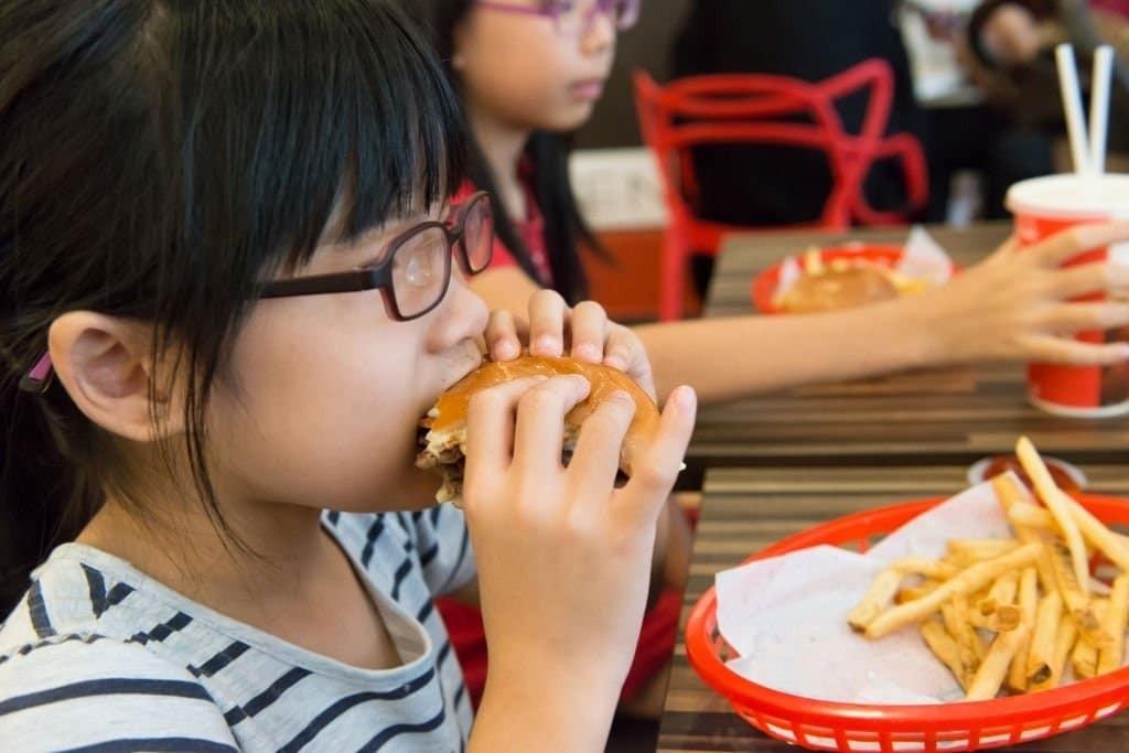 Không nên cho trẻ ăn thực phẩm cay và nhiều dầu mỡ