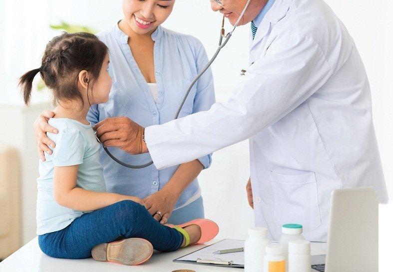 Nếu trẻ xuất hiện các dấu hiệu bất thường, bạn nên dắt trẻ đến khám bác sĩ