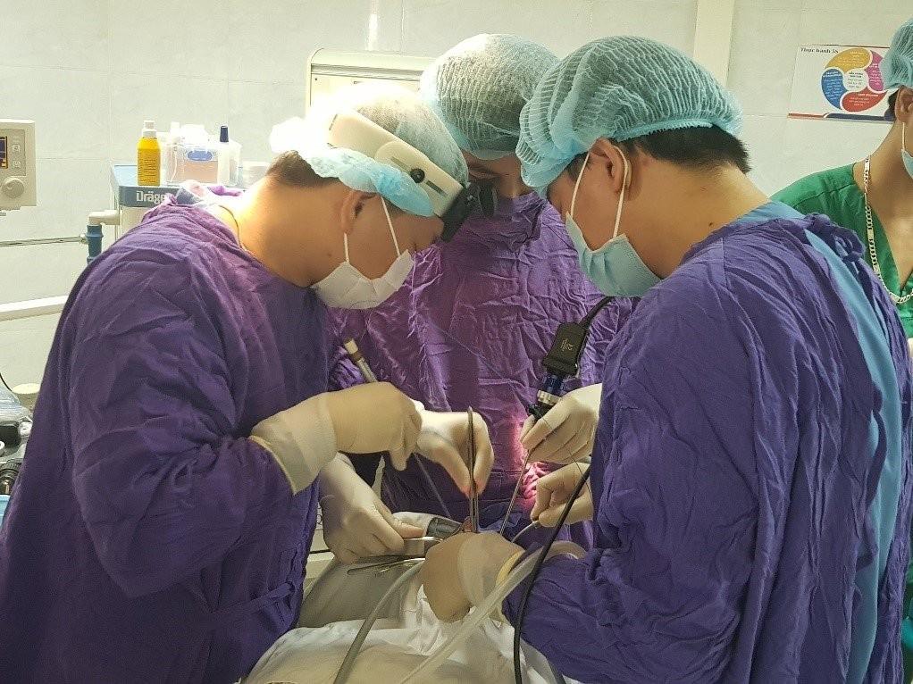 Các bác sĩ đang phẫu thuật laser cho bệnh nhân