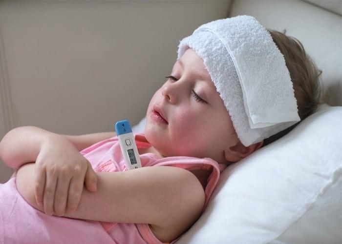 Sốt có thể gặp sau khi tiêm vắc xin