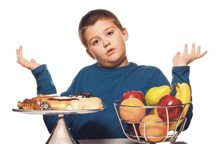 Trẻ béo phì nên ăn nhiều rau xanh và trái cây thay vì đồ chiên rán