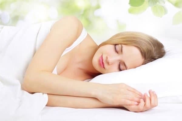 Việc ngủ đủ giấc sẽ hỗ trợ quá trình điều trị suy giáp đạt hiệu quả
