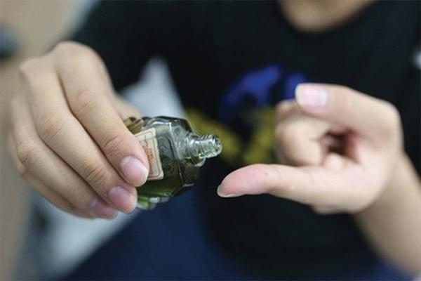 Nên lấy dầu ra ngón tay để dễ dàng xoa lên vùng cần điều trị