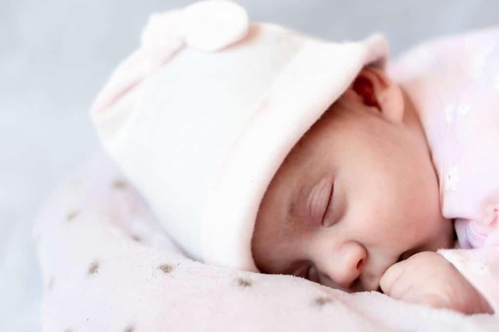 trẻ sơ sinh ngủ khoảng 8 - 9 giờ vào ban ngày và khoảng 8 giờ vào ban đêm