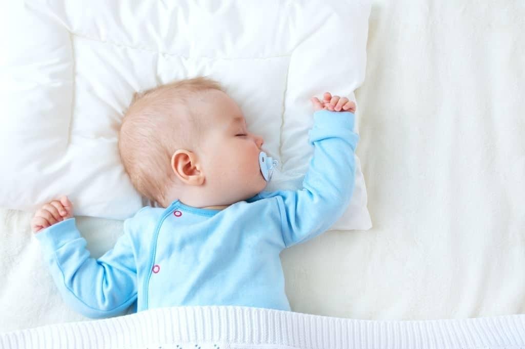 Nằm gối có thể tăng nguy cơ ngạt thở ở trẻ sơ sinh