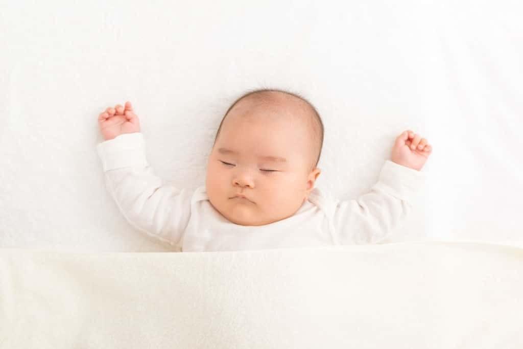 Nên đặt trẻ nằm trên một bề mặt phẳng và chắc chắn