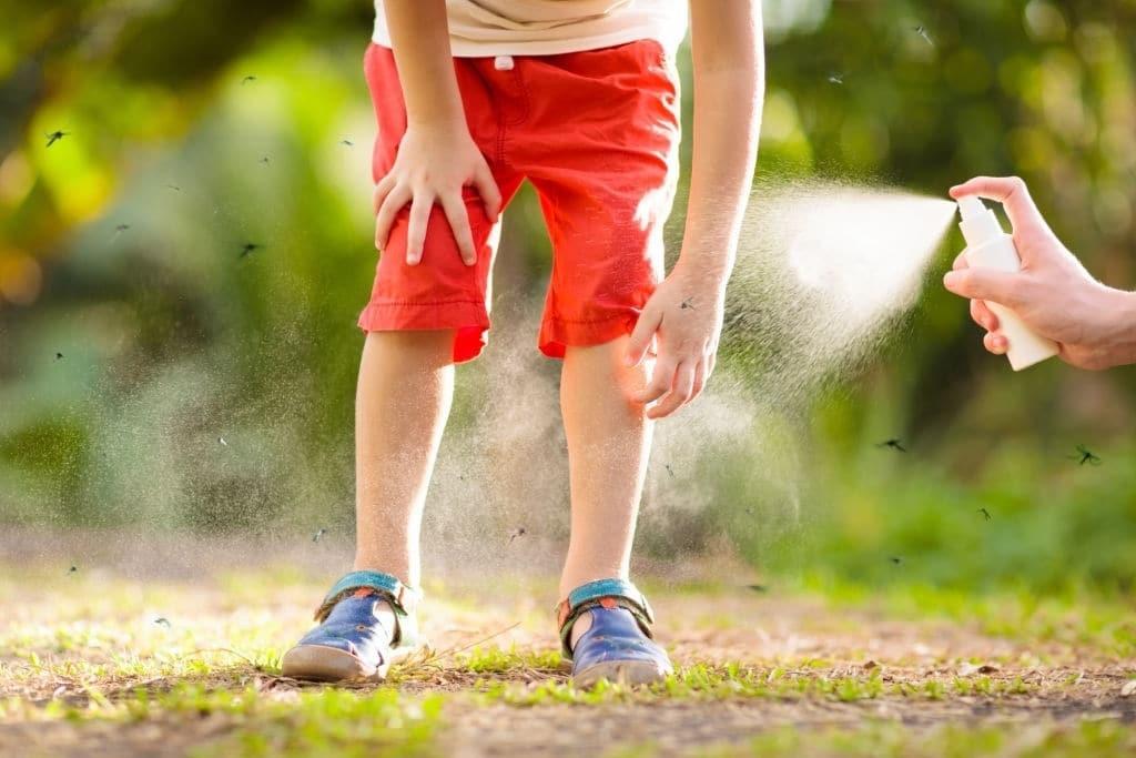 Bạn nên dùng thuốc xịt muỗi cho trẻ
