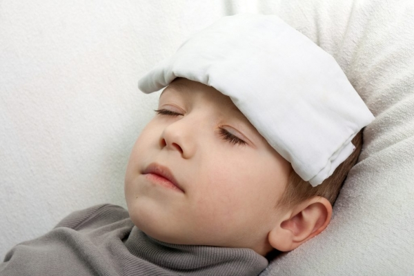 Một trong những cách xử trí khi trẻ bị sốt sau tiêm vắc xin là dùng khăn chườm trán và lau người cho bé