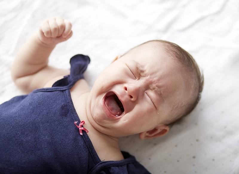 Trẻ có thể khó chịu và quấy khóc sau khi tiêm vắc xin