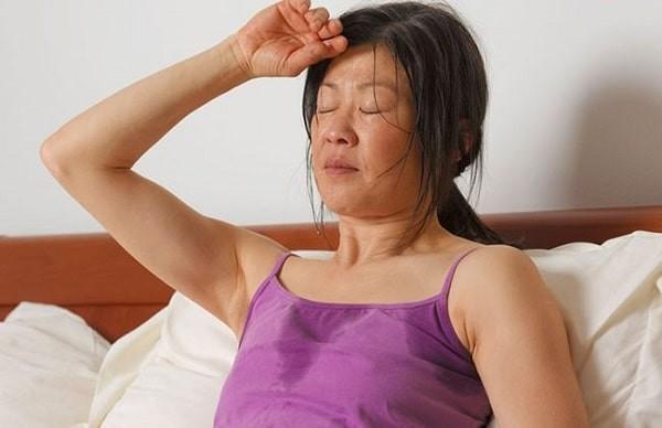 Sợ nóng, đổ mồ hôi nhiều là một trong các triệu chứng bệnh Basedow