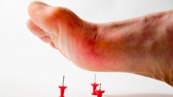 Con đường lây truyền chính uốn ván là do mầm bệnh xâm nhập qua vết thương hở.