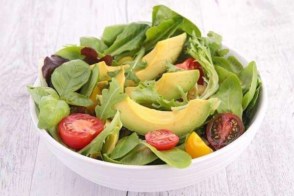 Bên cạnh sinh tố, bơ còn được dùng để làm salad hoặc nhiều món ăn khác