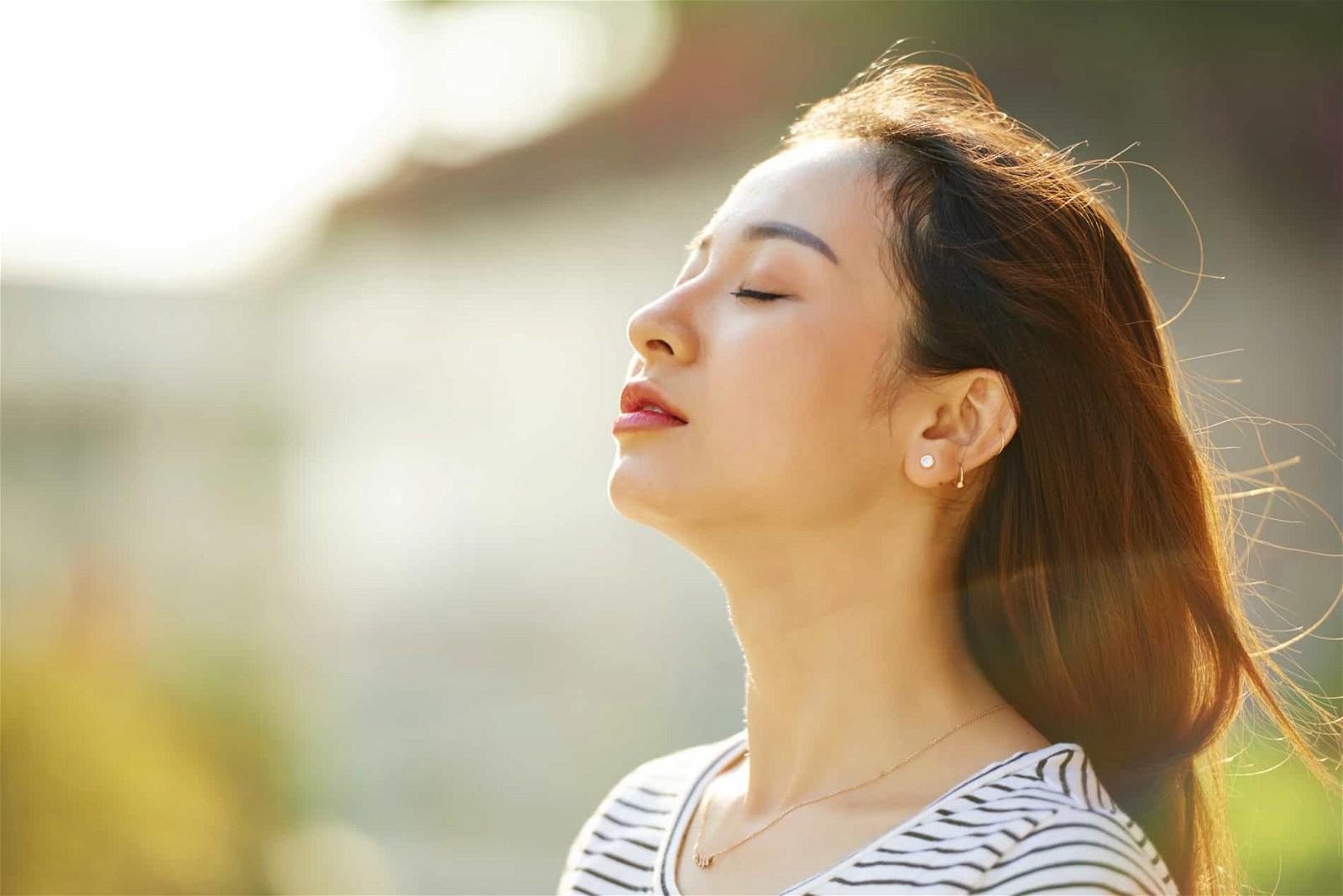 Hít thở sâu giúp giảm nặng ngực hiệu quả