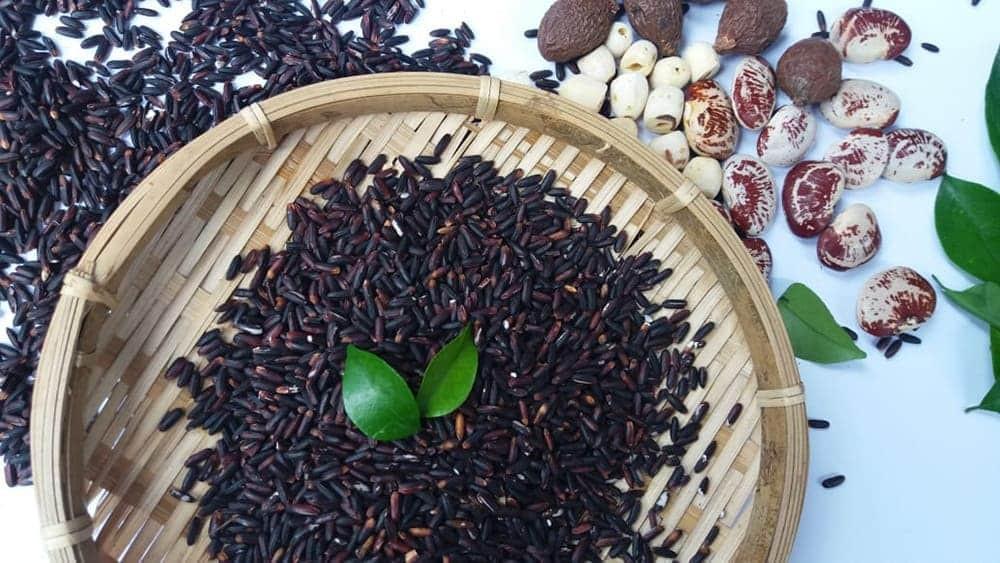 Gạo tím quý không chỉ bởi hàm lượng dinh dưỡng cao mà còn có vị ngọt bùi, màu sắc thu hút, sang trọng.