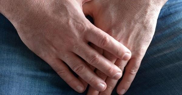 Các biến chứng thường gặp là viêm nhiễm và hẹp bao quy đầu