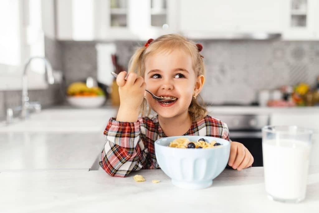 Thỉnh thoảng hãy cho trẻ ăn chúng như là một món phụ trong bữa ăn.