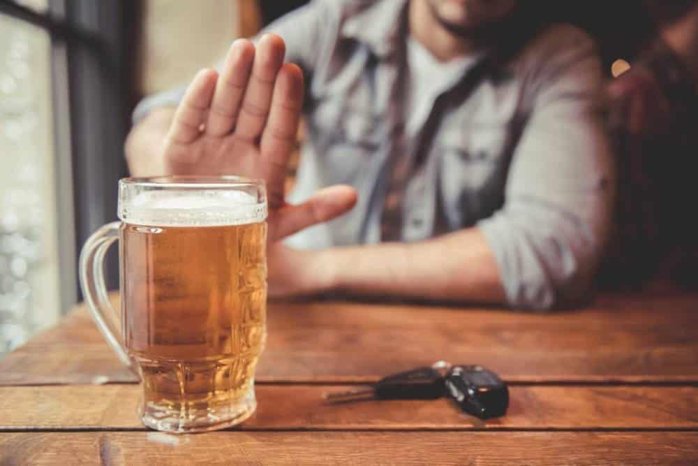 Người mắc bướu tuyến giáp nên tránh uống rượu bia