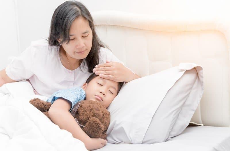 Bố mẹ cần lưu ý các phản ứng của bé sau khi tiêm vắc-xin