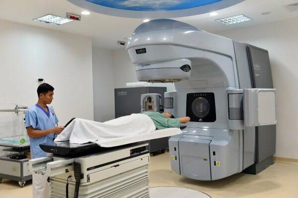 Khi bệnh cường giáp tiến triển nặng dần, hay tái phát hoặc không điều trị được bằng thuốc kháng giáp trạng, thì sẽ cần dùng iod phóng xạ.