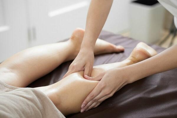 Xoa bóp bấm huyệt là phương pháp có tác dụng giãn cơ, giảm đau, thư giãn...