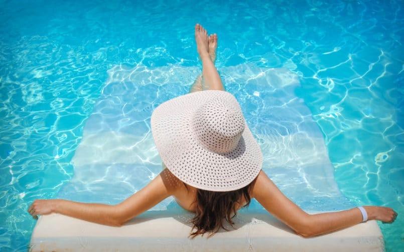Kem chống nắng đi bơi ở bể bơi