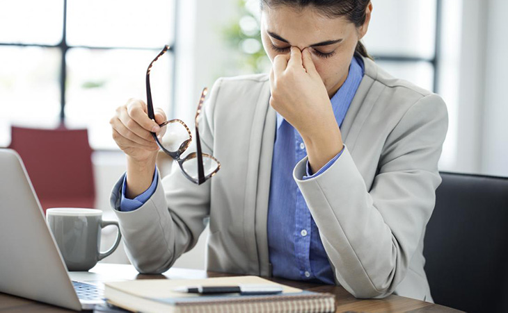 Cảm thấy mỏi mắt sau những giờ làm việc căng thẳng