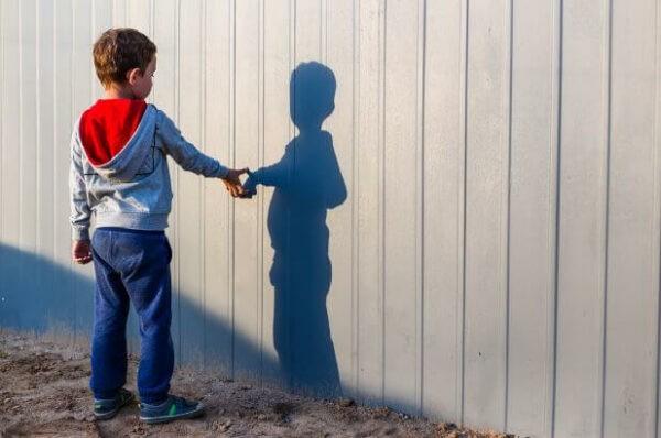 Tự kỷ là một chứng bệnh ảnh hưởng đến sự phát triển của trẻ.