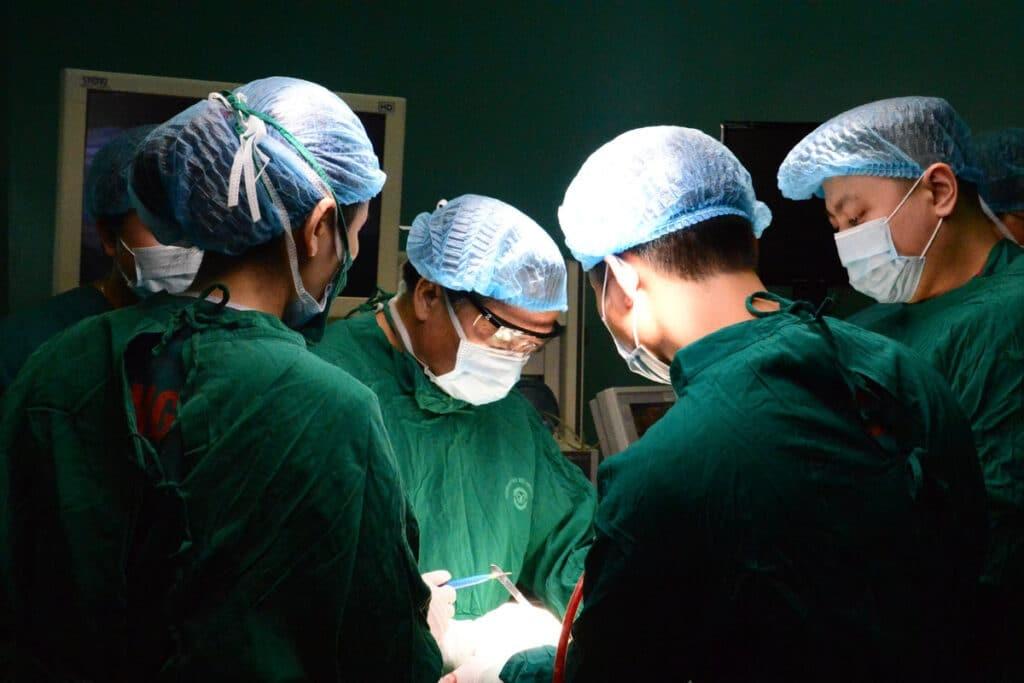 Phẫu thuật cắt bỏ tuyến mồ hôi có thể được chỉ định khi các biện pháp khác không có hiệu quả