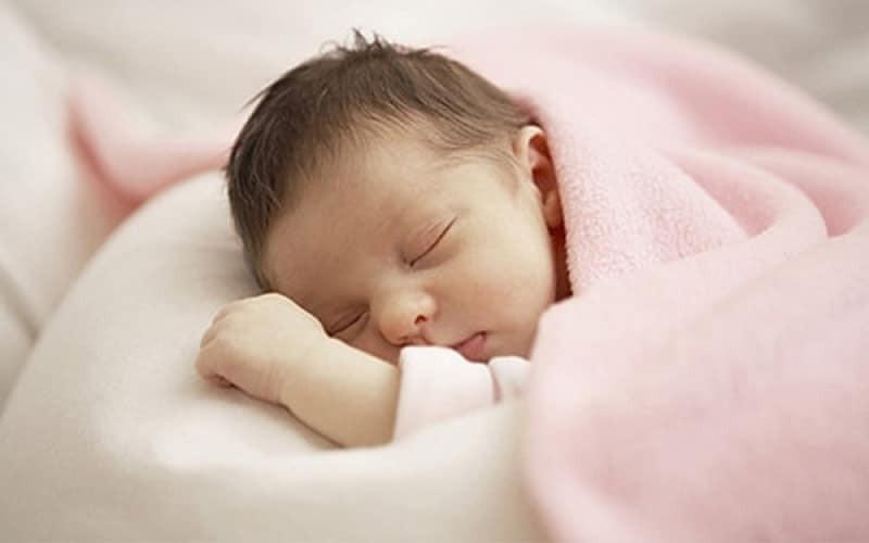 Để tiêm vắc xin viêm gan B cho trẻ cần xem xét các biểu hiện cơ thể của bé với nhịp thở đều da dẻ hồng hào