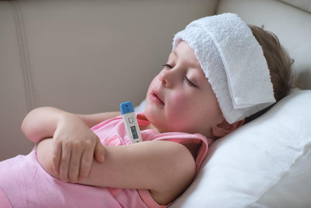 Trường hợp trẻ sốt nhẹ sau khi tiêm vắc xin phòng bệnh lao cần chườm khăn và lau người bằng nước ấm cho bé