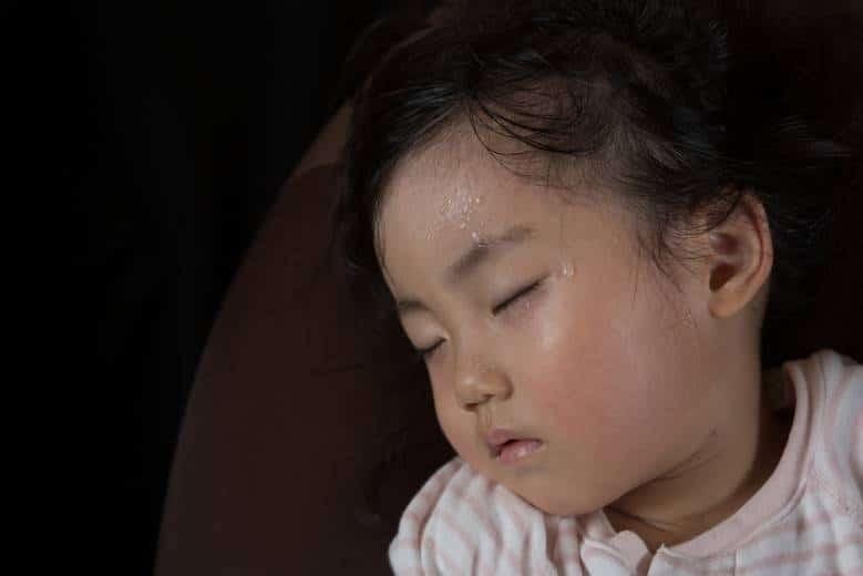 Đổ mồ hôi trộm là ra mồ hôi lúc ngủ