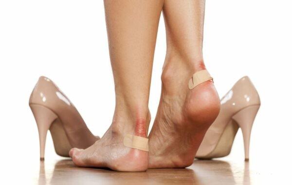 Tránh chọn những đôi giày quá chật chội, không vừa vặn...để không bị tổn thương gót chân.