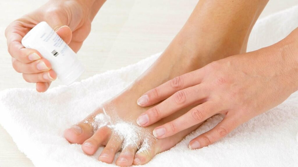 Thoa chất chống mồ hôi để khắc phục tình trạng ra mồ hôi chân
