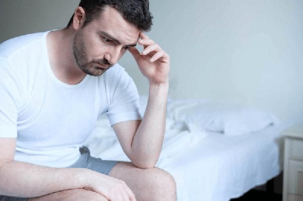 Nam giới có thể mất tự tin, ảnh hưởng đến chuyện chăn gối khi bị đứt dây hãm bao quy đầu