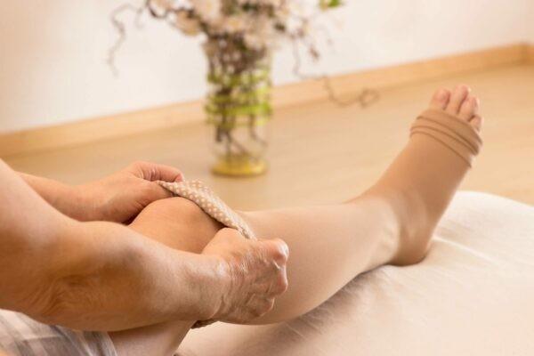 Ngoài châm cứu trị giãn tĩnh mạch, băng thun vớ cho chân cũng là cách giảm triệu Ngoài châm cứu trị giãn tĩnh mạch, băng thun vớ cho chân cũng là cách giảm triệu chứng.chứng.Ngoài châm cứu trị giãn tĩnh mạch, băng thun vớ cho chân cũng là cách giảm triệu chứng.