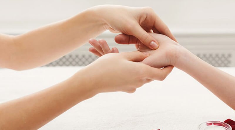 Người bệnh có thể massage cổ tay với các loại tinh dầu
