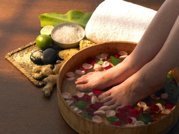 Ngâm chân với trà xanh và muối cũng giúp giảm tiết mồ hôi