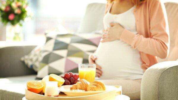 Phụ nữ mang thai và cho con bú cần thận trọng khi sử dụng dầu gió
