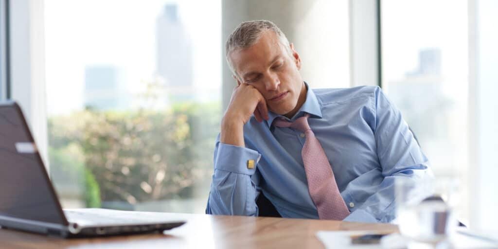 Mệt mỏi là triệu chứng thường gặp của bệnh.