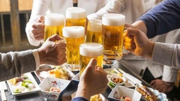 Người bị tinh trùng loãng nên hạn chế rượu bia và đồ ăn chế biến sẵn
