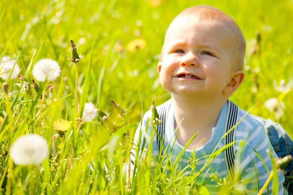 Tắm nắng là cách tốt nhất bổ sung vitamin D cho trẻ, tránh tình trạng đổ mồ hôi đầu