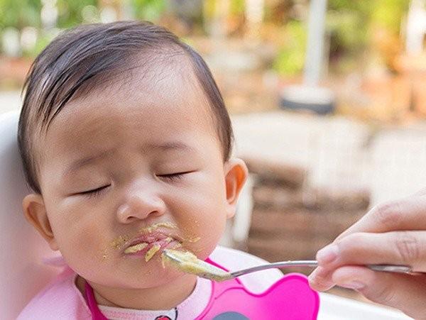 trẻ chán ăn sau tiêm phòng vắc xin