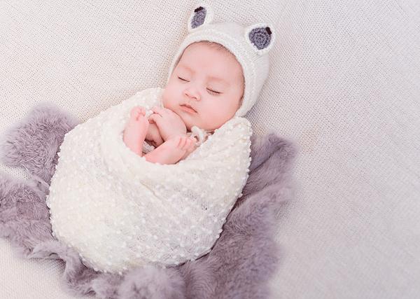 Trẻ đổ mồ hôi đầu khi ngủ chủ yếu là do mặc quá nhiều quần áo