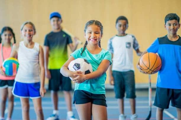 trẻ thấp lùn chơi thể thao