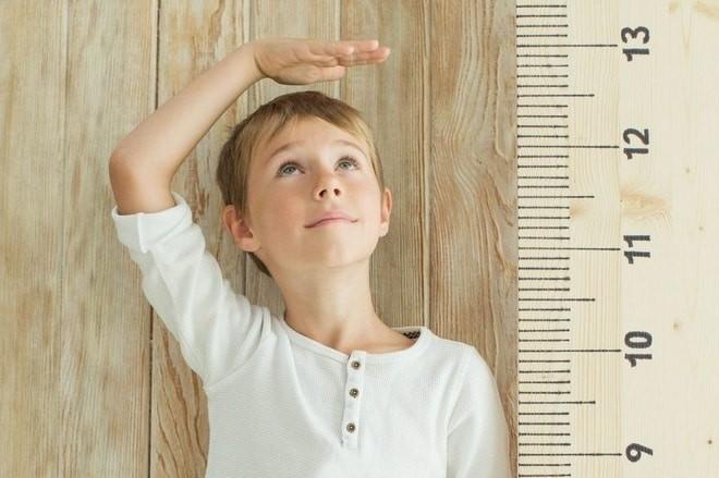 Trẻ thấp lùn có chiều cao thấp hơn các bạn cùng trang lứa